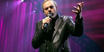 Neil Diamond returns to the stage to belt out hits at Las Vegas charity gala two years after announcing retirement